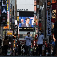記者会見で辞意を表明する安倍晋三首相を映し出す大型ビジョン=東京都新宿区で2020年8月28日午後5時31分、宮間俊樹撮影