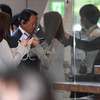 臨時閣議のため首相官邸に入る麻生太郎財務相(中央)=首相官邸で2020年8月28日午後3時56分、丸山博撮影