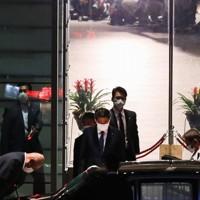 首相官邸を出る安倍首相=東京都千代田区で2020年8月28日午後6時36分、吉田航太撮影