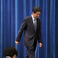 記者会見を終え、会場を出る安倍晋三首相=首相官邸で2020年8月28日午後6時1分、竹内幹撮影