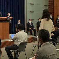 記者から質問を受ける安倍晋三首相(奥左)=首相官邸で2020年8月28日午後5時15分、竹内幹撮影