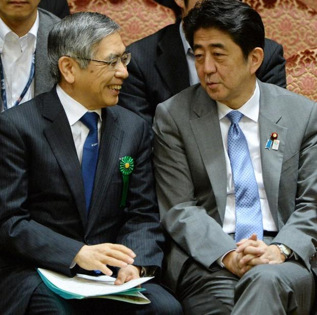 参院予算委員会前に黒田東彦日銀総裁(左)と談笑する安倍晋三首相=国会内で2013年5月8日、木葉健二撮影