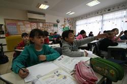 イスラエル、パレスチナ双方の子供が共に通う公立校はほとんどないが、この私立校「ハンド・イン・ハンド」では互いに机を並べ、時間を共有して共感を育む教育が目標とされている。共感は暴力行為を抑止するとのデータがある=エルサレム市内で2015年1月19日、大治朋子撮影