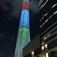 東京パラリンピック開幕まで1年となり、パラリンピックシンボルカラーの赤、青、緑でライトアップされた東京スカイツリー=東京都墨田区で2020年8月24日午後8時57分、丸山博撮影