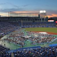 神宮球場で21年ぶりに行われた新日本プロレスの試合。新型コロナウイルス対策を行っての大会運営がなされた=東京都新宿区で2020年8月29日、山本晋撮影
