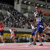 男子100メートル決勝、1位でフィニッシュ、10秒03の自己ベストで優勝したケンブリッジ飛鳥(右手前)。左端は2位の桐生祥秀=福井市の9・98スタジアムで2020年8月29日、久保玲撮影