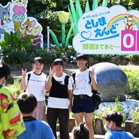 遊園地「としまえん」閉園を知らせる看板の前で記念撮影する来場者=東京都練馬区で2020年8月30日午後2時6分、大西岳彦撮影