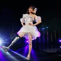 義足のパラリンピアンらによるファッションショー「切断ヴィーナスショー」でステージに立つモデルの海音(あまね)さん=東京都港区で2020年8月25日、幾島健太郎撮影