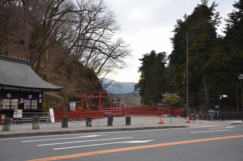 世界遺産「日光の社寺」の玄関でもある神橋だが、閑散としていた=日光市で2020年4月9日、渡辺佳奈子撮影