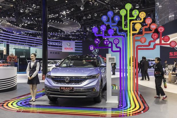 2019年の上海自動車ショーでプラグインのハイブリッド車を発表した東風汽車(Bloomberg)