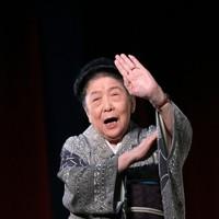 舞台で生き生きと踊る内海桂子さん=東京都台東区で2012年12月12日、梅村直承撮影