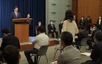 記者会見で辞任を表明し、記者から質問を受ける安倍晋三首相(奥左端)=首相官邸で2020年8月28日午後、竹内幹撮影