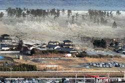 陸に押し寄せ、家屋をのみ込む大津波=宮城県名取市で2011年3月11日午後3時55分、本社へりから手塚耕一郎撮影