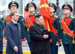 ウラジオストクに到着し、ロシア軍の儀仗隊を閲兵する北朝鮮の金正恩朝鮮労働党委員長=ロシア・ウラジオストクで2019年(平成31年)4月24日、大前仁撮影