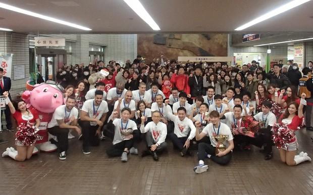 船橋市役所で集まったファンとともに、千葉ジェッツの選手や島田さんたちは天皇杯3連覇を喜んだ=2019年1月