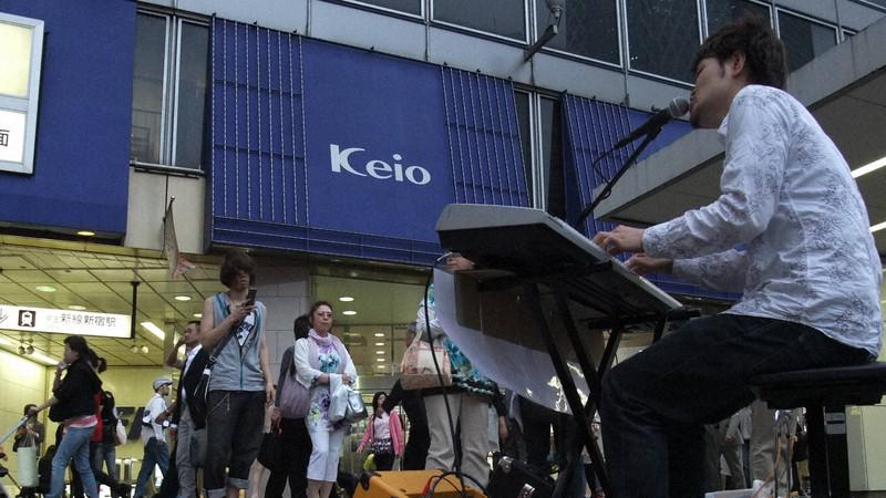 東京の新宿駅西口で歌う男性。コロナ禍となる前まで路上ライブは日常の光景だった