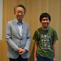 池上彰さん(左)と毎小特派員の竹下雄惺さん=東京都千代田区のポプラ社で7月30日
