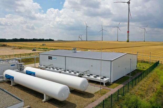 ドイツ・マインツにある水素電解プラント。EUは、再エネで発電された電気で製造する水素をエネルギーシステム改革の中心に据える(Bloomberg)