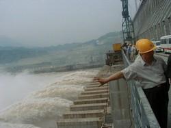 発電を開始、茶色のしぶきを噴き上げる中国・長江の三峡ダム。2003年8月撮影。