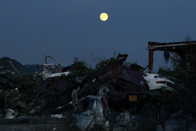 被災地を照らす中秋の名月=岩手県大槌町で2011年9月12日午後5時54分、小川昌宏撮影