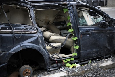 震災から半年が過ぎても放置されたままの車にはツタが張っていた=岩手県釜石市で2011年9月14日午後3時2分、三浦博之撮影
