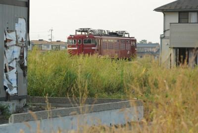 震災発生から半年たっても残されたままの機関車。周辺の雑草は枯れ始め、秋の気配が漂っている=宮城県山元町で2011年9月15日午後4時21分、丸山博撮影