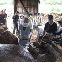 夏休みにボランティアに参加した学生は、震災で壊れた生出地区の炭焼き窯の解体作業も手伝った=岩手県陸前高田市で2011年9月15日、市川明代撮影