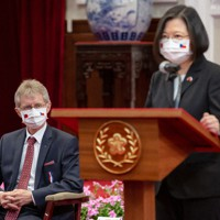 台湾の蔡英文総統(右)のあいさつを聞くチェコのビストルチル上院議長=台湾総統府で2020年9月3日、台湾総統府提供