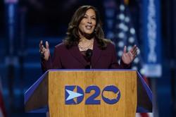民主党全国大会のために特設された米東部デラウェア州ウィルミントンの会場で話す副大統領候補のカマラ・ハリス上院議員=2020年8月19日、AP