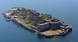 端島炭坑(軍艦島)=長崎市で2015年4月25日、本社ヘリから野田武撮影