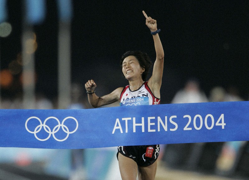 アテネ五輪陸上女子マラソン 1位でフィニッシュし金メダルを獲得した野口みずき=アテネ・パナシナイコ競技場で2004年8月22日、小関勉撮影