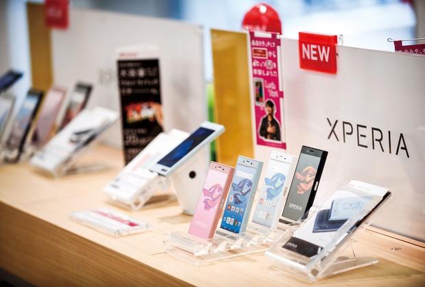 携帯電話料金体系も変わったが… (Bloomberg)