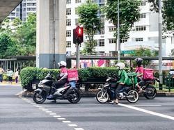グラブフード(緑)とフードバンク(ピンク)の配達員 筆者撮影