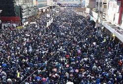 政府に抗議し、幹線道路を金融街・中環(セントラル)に向けて行進する市民=香港・銅鑼湾で2019年12月8日、福岡静哉撮影