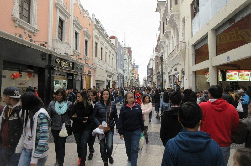 リマの歩行者天国「ラ・ウニオン通り」は地元の買い物客でごった返していた(写真は筆者撮影)