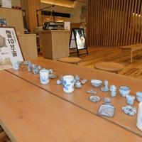 併設カフェは「陶芸10分工房」を兼ねており、作陶や絵付けの体験ができる=兵庫県豊岡市出石町小人の複合観光施設「いずし堂本店」で、村瀬達男撮影