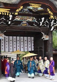 The Kitano Goryoe rite is seen being performed by members of the Kitano Tenmangu shrine and Enryakuji temple, at Kyoto's Kitano Tenmangu shrine in Kamigyo Ward on Sept. 4, 2020. The rite has not been performed for around 550 years, since the outbreak of the Onin War, a civil war that began in 1467, but it has been revived to pray for an end to the coronavirus pandemic. (Mainichi/Ai Kawahira)