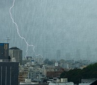 A fork of lightning is seen falling on the capital, with high-rise buildings in Ikebukuro visible on the right, from Bunkyo Ward, Tokyo, in 2018. (Mainichi/Kimitaka Takeichi)