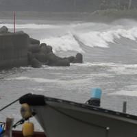 台風10号の接近で荒い波が打ち寄せる日南市宮浦の海岸=宮崎県日南市で2020年9月5日午後3時43分、上入来尚撮影