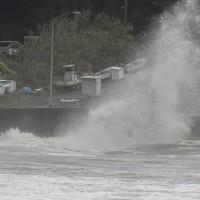 台風10号の接近で荒い波が打ち寄せる日南市宮浦の海岸=宮崎県日南市で2020年9月5日午後4時16分、上入来尚撮影