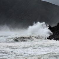 台風の接近で次々と波が打ち寄せる奄美大島の和瀬海岸=鹿児島県奄美市住用町で2020年9月5日午後5時17分、神田和明撮影