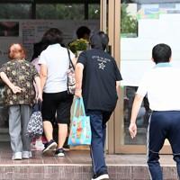球磨村の人たちの避難所になっている多良木高に入る被災者ら=熊本県多良木町で2020年9月5日午後4時50分、徳野仁子撮影