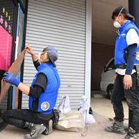 台風10号に備えて、美容院の店舗を補強するボランティア=熊本県人吉市で2020年9月5日午後2時22分、徳野仁子撮影