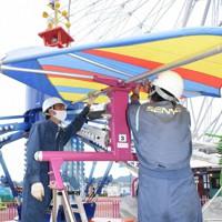 下関市の遊園地「はい!からっと横丁」で台風に備えて遊具の帆を取り外す作業員たち