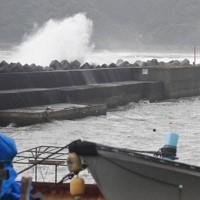 台風10号の接近で荒い波が打ち寄せる宮崎県日南市宮浦の海岸=宮崎県日南市で2020年9月5日午後4時、上入来尚撮影