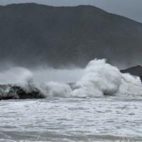 台風の接近で次々と波が打ち寄せる奄美大島の和瀬海岸=鹿児島県奄美市住用町で2020年9月5日午後5時28分、神田和明撮影
