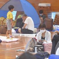 新型コロナウイルスの感染防止のため間隔を空けた宮崎市の避難所。ワンタッチテントを使う避難者も見られた=宮崎市小松台西1の市立小松台小で2020年9月6日午後0時24分、上入来尚撮影