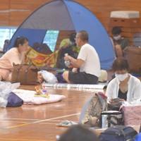 新型コロナウイルス感染防止のため間隔を空けた宮崎市の避難所。ワンタッチテントを使う避難者も見られた=宮崎市小松台西1の市立小松台小で2020年9月6日午後0時25分、上入来尚撮影