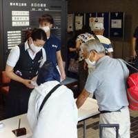 熊本県立劇場の受付で手続きをする熊本県人吉市からの避難者=熊本市中央区で2020年9月6日午後0時37分、山田宏太郎撮影