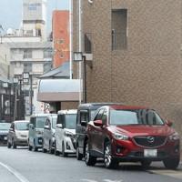 「満車」が表示された市街地の立体駐車場前には入庫を待つ車が並んだ=長崎県佐世保市で2020年9月6日午後1時9分、津村豊和撮影(画像の一部を加工しています)
